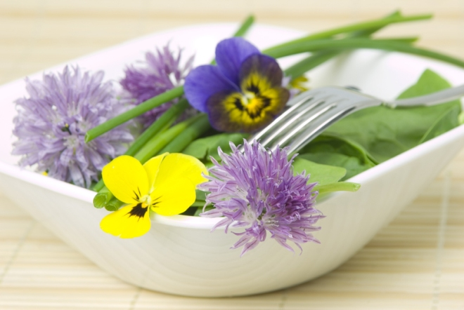 Chive and viola flower salad (theedibleflowershop.co.uk)